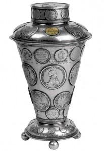 Памятный кубок украшенный монетами и медалями