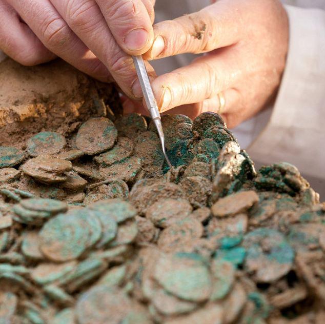 Огромный клад древнеримских и кельтских монет первого века до нашей эры, 2012 год.
