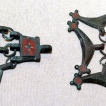 Детали украшений с эмалью от костюма