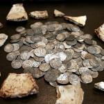 Фотография клада серебряных 350 монет дирхемов