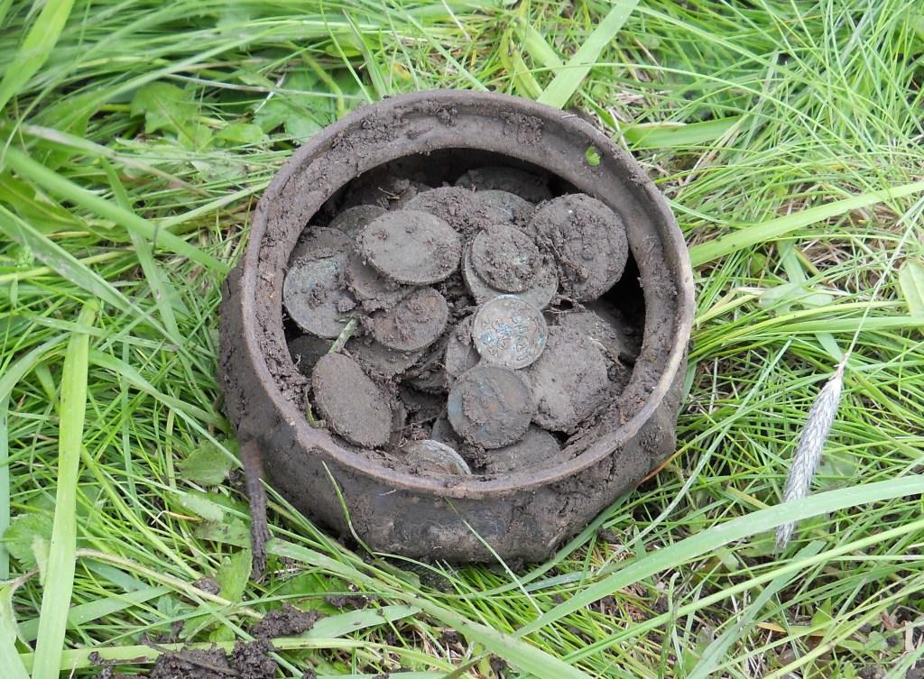 Поиск монет в лесу с металлоискателем.