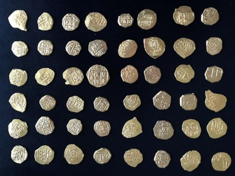 Клад золотых монет XVIII века подняли кладоискатели со дна моря
