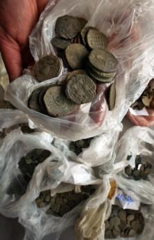 Житель Эстонии по имени Йыгевамаа Сийм с помощью металлоискателя обнаружил рядом со своим домом ящик, в котором было около 9000 медных монет середины XVII века