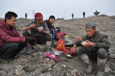 Перерыв на обед у Китайцев, сразу не месте около раскопа