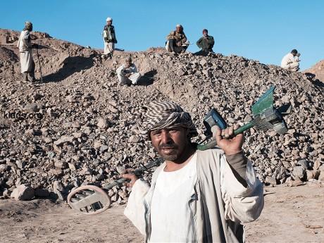 В настоящее время сотни египтян ищут золото. Они несут свои металлодетекторы с гордостью, как и ракетные установки на плечах