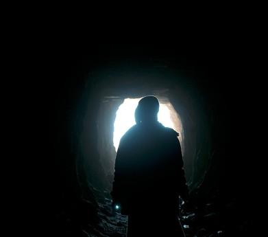 Основная часть поисковиков ищет золото на поверхности, но иногда роют и туннеля, чтобы добраться до золотоносной руды