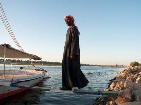 Тридцать-летний Ясир проводит свои дни на берегу Нила, ранее занимался туризмом, но после революции и последующего кризиса, многое изменилось и приходится искать новые источники доходов