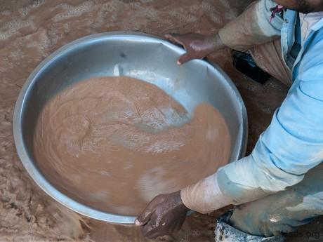 При отделении золота от скальных пород, старатели иногда используют токсичные химические вещества, такие как ртуть, которая осождает золото на дно тазика