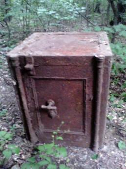 Достали сейф из земли
