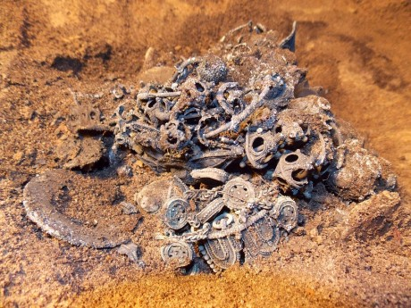 Клад с серебрянными женскими украшениями XIII века найден в Твери
