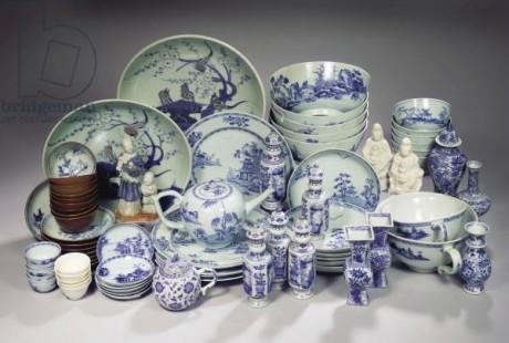 Ассорти Нанкин Грузовой фарфор (фото) Описание ... шаровое чайник и крышка окрашены ивой; два заливки чаши, 15см и 18см в диаметре, цилиндрическая кружка, 13,5 высока; Набор из 6 Имари и шесть синих и белых чашек ландшафта и блюдца; набор из 12 синих и белых Батавии посуда чашки и блюдца; Груз корабля Geldermalsen голландской Ост-Индской компании, затонувшего 1752 в Южно-Китайском море; открыто в 1986 году Майклом Хэтчер;