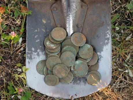 Найденный клад медных монет другом