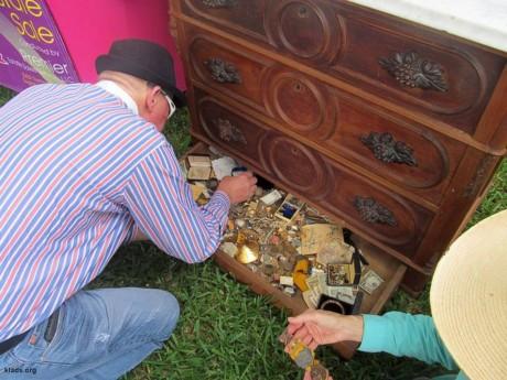 Купили старый комод, а в нем оказалось спрятаны сокровища