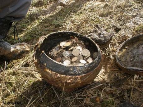 Клад монет в чугунке