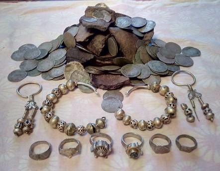 Клад серебряных украшений и монет XV-го века