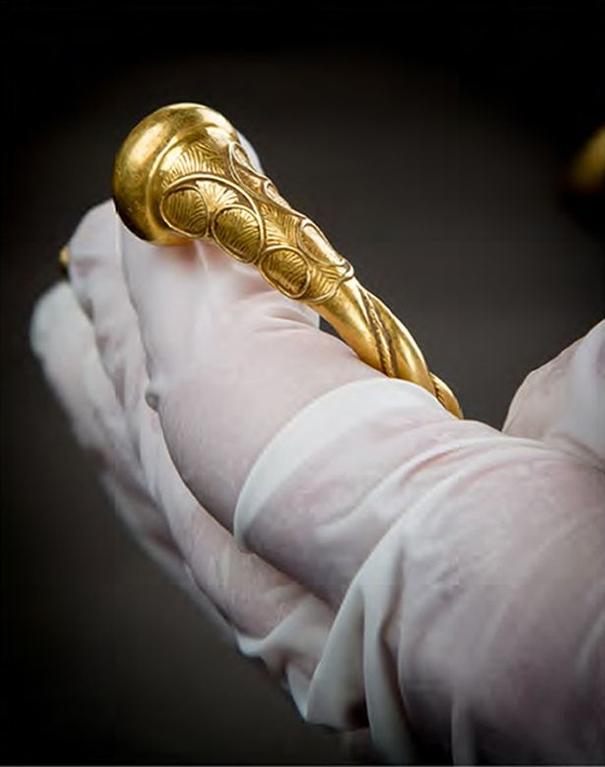 Найден клад золотых украшений при раскопках в Стаффордшире