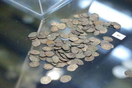 Серебряные монеты-чешуйки из клада. Фото Вадима Заблоцкого